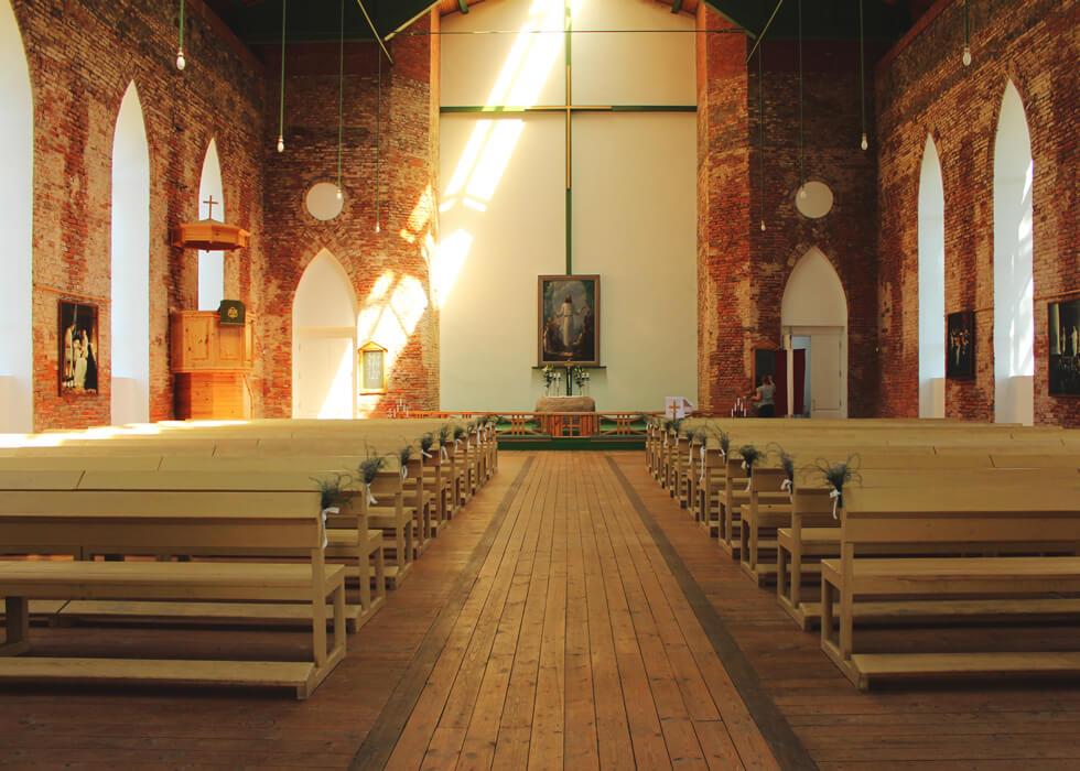 Vecpiebalgas baznīca skats uz altāri