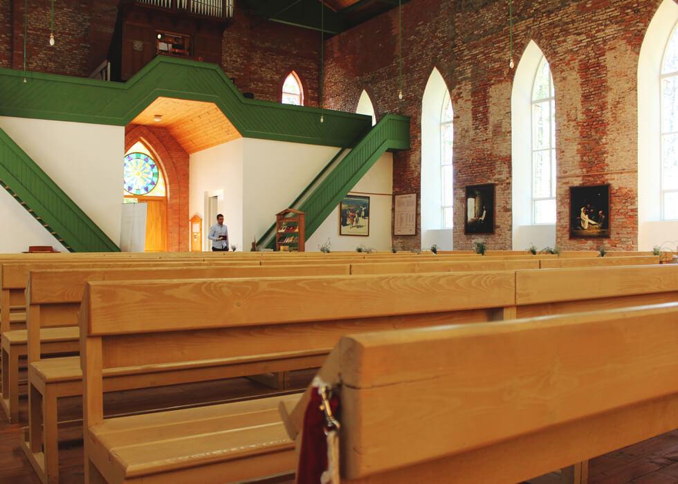 Vecpiebalgas baznīca skats uz ieejas durvīm no sāna