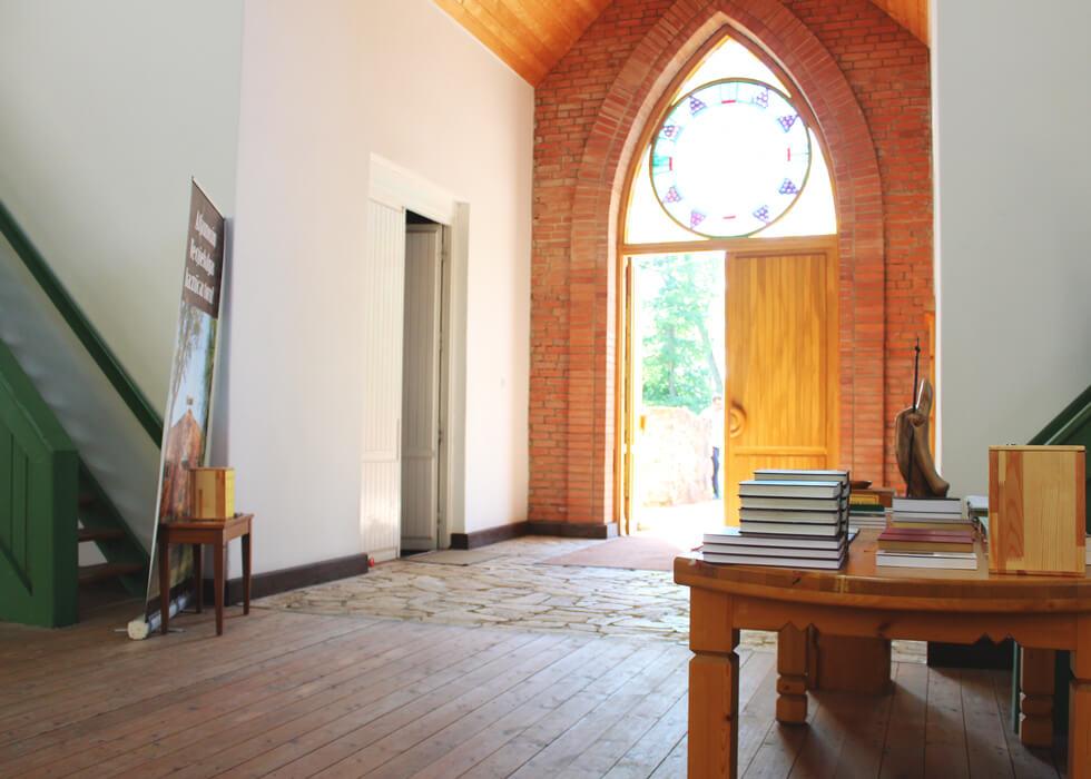 Vecpiebalgas baznīcas ieeja