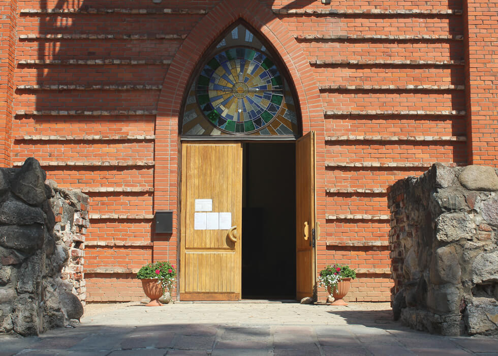 Vecpiebalgas baznīcas durvis